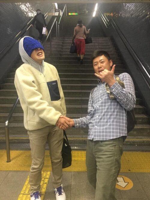 駅で須江と握手