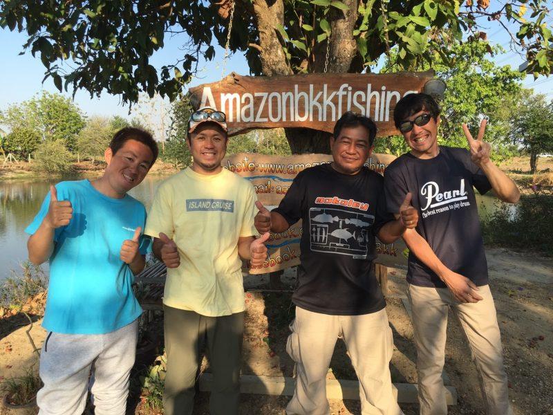 アイランドクルーズ三人とサムさんとアマゾンBKKの看板の前で記念撮影
