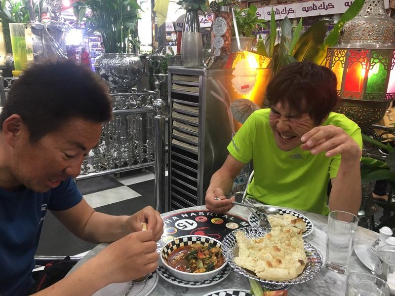 辛いカレーとナンを食べる須江とシゲさん