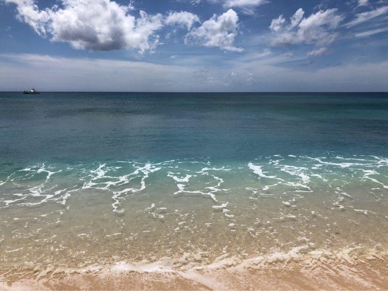ハワイのビーチの波打ち際