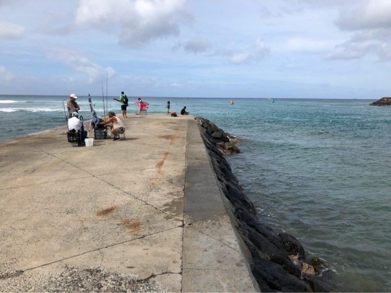 アラモワナビーチパークの堤防。釣り人とサーファーが多い