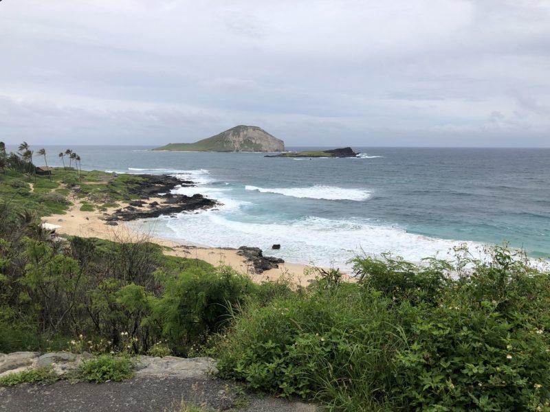 ハワイの風景。小さい島が見える
