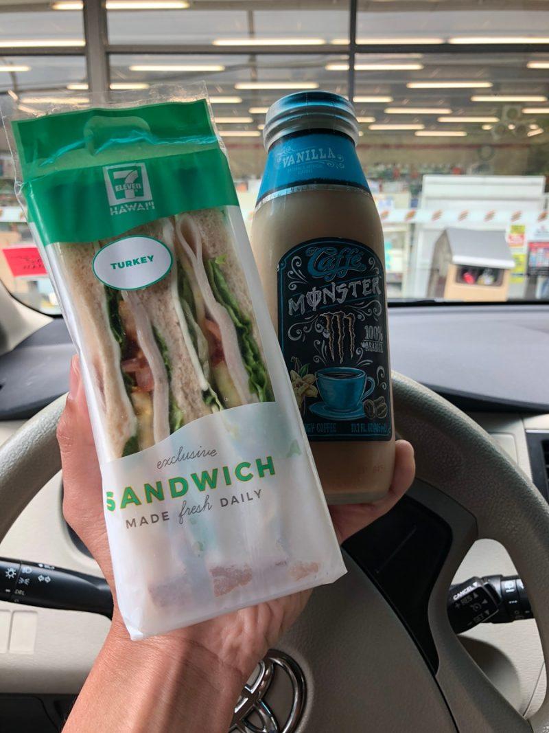 ハワイのセブンイレブンで買ったモンスターのコーヒーとサンドウィッチ