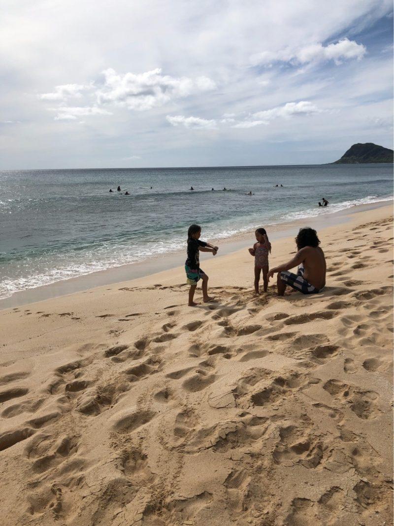 ハワイのビーチで遊ぶ親子3人
